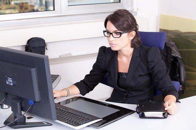 secrétaire assise à son bureau